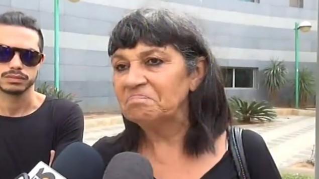 روتي مالكا، ابنة المرأة البالغة 80 عاما التي طعنت في هجوم ريشون لتسيون، تتحدث مع الصحافة، 3 نوفمبر 2015 (screen capture: Channel 2)