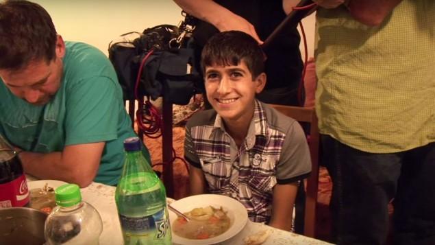 محمد زياد سباتين يتناول طعام العشاء في منزل الحاخام الأكبر لمستوطنة 'تكواع' في ذلك الوقت، مناحيم فورمان، قبل حوالي 3 أعوام. (لقطة شاشة)