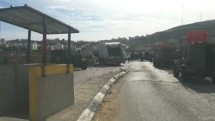 جنود ومسعفون يصلون الى مكان هجوم طعن بالقرب من الخليل في الضفة الغربية، 25 نوفمبر 2015 (Magen David Adom)