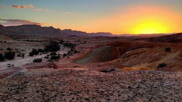 غروب الشمس في صحراء النقب بالقرب من يروحام. (Wikimedia Commons/Matthew Parker)
