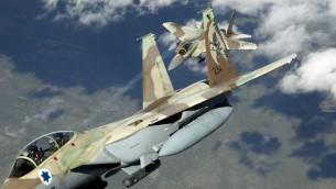 صورة توضيخية لطائرتي راعام اف-15 تابعتين لسلاح الجو الإسرائيلي خلال تدريبات على مناورات جوية. (TSGT Kevin J. Gruenwald, USAF/Wikipedia)