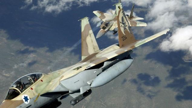 """طائرتان حربيتان اسرائيليتان من طراز اف 15 خلال تدريب """"علم احمر"""" سابق (TSGT KEVIN J. GRUENWALD, USAF / Wikipedia)"""