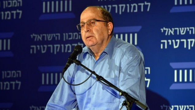 وزير الدفاع موشيه يعالون في العهد الإسرائيلي للديمقراطية، 25 نوفمبر 2015 (Ariel Hermony/Defense Ministry)