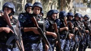 رجال شرطة فلسطينيين في الضفة الغربية، صورة من الأرشيف. (Issam Rimawi/Flash90)