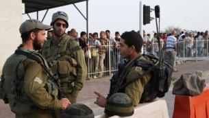 صورة توضيخية لجنود إسرائيليين في حاجز بالضفة الغربية (Issam Rimawi/Flash90)