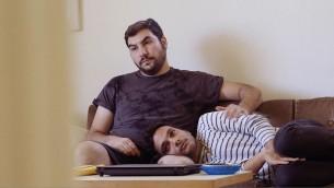 الفلسطيني خضر أبو سيف (القميص المخطط) مع شريكه اليهودي، دافيد، في فيلم 'Oriented' للمخرج والمنتج البريطاني جيك ويتزنفيلد، الذي يروي  قصة ثلاثة شبان فلسطينيين مثليين في تل أبيب . (courtesy)