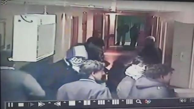 صورة شاشة من تصوير كاميرا مراقبة يدعي انه يظهر الجنود الإسرائيليين المستعربين في المستشفى في الخليل، 12 نوفمبر 2015 (screen capture: YouTube)