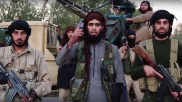 مقاتلو تنظيم 'الدولة الإسلامية' ينشرون شريط فيديو دعائي جديد في 16 نوفمبر، 2015، يتعهدون فيه بهجمات ضد دول مشاركة في الغارات الجوية في سوريا. (لقطة شاشة: YouTube)