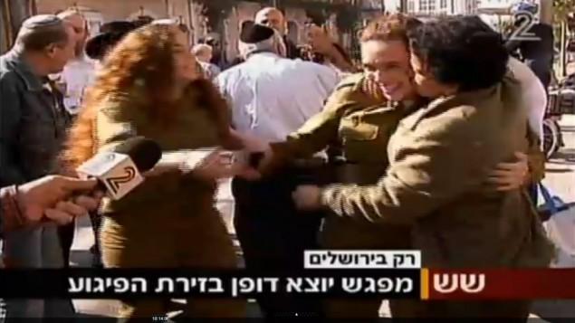 خولة جابر من أم الفحم (من اليمين) تحضن وتقبل جندية إسرائيلية بعد وقت قصير من هجوم الطعن في القدس، 23 نوفمبر، 2015. قبل وقت قصير من ذلك أجرت القناة 2 مقابلة مع جابر انتقدت فيها الأخيرة موجة الهجمات الفلسطينية الأخيرة. (لقطة شاشة: القناة 2)