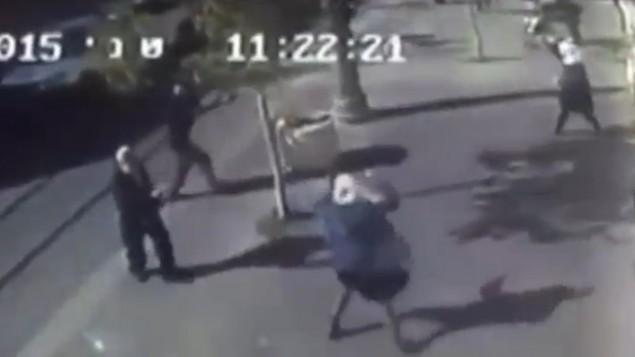 صورة شاشة من كاميرا مراقبة لهجوم نفذته فتاتان فلسطينيتان في مركز القدس، 23 نوفمبر 2015 (screen capture: Channel 2)