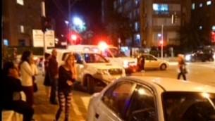طواقم الطوارئ في مكان هجوم الطعن في مدينة نتانيا، 2 نوفمبر 2015 (screen capture: Channel 2)