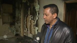 رئيس الرابطة المسلمة في مدينة بيتربور، كنزو عبد الله، يتفحص أضرار الحريق في مسجد في المدينة الواقعة في مقاطعة أونتاريو، بعد هجوم تعتقده السلطات الكندية  بأنه قد يكون متعمدا وجاء إنتقاما على هجمات باريس، 15 نوفمبر، 2015. (لقطة شاشة: CBC News)