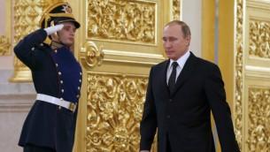 الرئيس الروسي فلاديمير بوتين بطريقه الى حفل استقبال سفراء جدد في الكرملين، 26 نوفمبر 2015 (AFP/ POOL / SERGEI ILNITSKY)