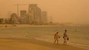 شاطئ تل ابيب اثناء عاصفة رملية، 8 سبتمبر 2015 (Miriam Alster/FLASh90)