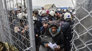 مهاجرون ولاجؤون على الحدود اليونانية المقدونية، 4 ديسمبر 2015 (ARMEND NIMANI / AFP)