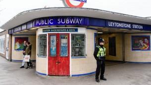 شرطي يحرس مدخل محطة ليتونستون في شرق العاصمة البريطانية لندن، يوما بعد وقوع هجون اصيب فيه ثلاثة اشخاص داخل المحطة، 6 ديسمبر 2015 (LEON NEAL / AFP)