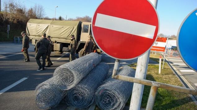 جنود يعملون لبناء سياج على الحدود بين النمسا وسلوفينيا، 7 ديسمبر 2015 (RENE GOMOLJ / AFP)