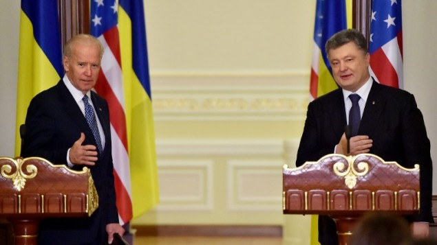 نائب الرئيس الاميركي جو بايدن والرئيس الاوكراني بترو بوروشنكو خلال مؤتمر صحفي بعد محادثات في كييف، 7 ديسمبر 2015 (SERGEI SUPINSKY / POOL / AFP)