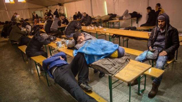 طالبو لجوء ينامون داخل خيمة بانتظار تسجيلهم في مركز تسجيل وزارة الصحة والشؤون الاجتماعية في برلين، 21 ديسمبر 2015 (KAY NIETFELD / DPA / AFP)