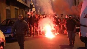متظاهرون يسيرون في شوارع كورسيكا يوما بعد تخريب قاعة صلاة للمسلمين في الجزيرة الفرنسية، 26 ديسمبر 2015 (YANNICK GRAZIANI / AFP)