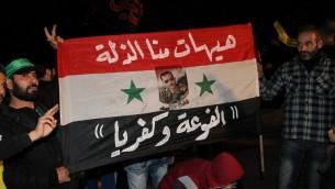 داعموا حزب الله ينتظرون وصول مقاتلين ومدنيين من بلدتي الفوعة وكفريا المحاصرتين في مطار بيروتـ 29 ديسمبر 2015 (ANWAR AMRO / AFP)