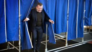 رئيس الوزراء الدنماركي لارس لوكي راسموسين بعد الادلاء بصوته في استفتاء حول تعزيز التعاون في مجال الشرطة والامن مع الاتحاد الاوروبي في كوبنهاغن، 3 ديسمبر 2015 (NILS MEILVANG / SCANPIX DENMARK / AFP)