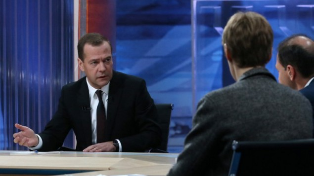 رئيس الوزراء الروسي ديمتري مدفيديف خلال مقابلة تلفزيونية، 9 ديسمبر 2015 (YEKATERINA SHTUKINA / SPUTNIK / AFP)