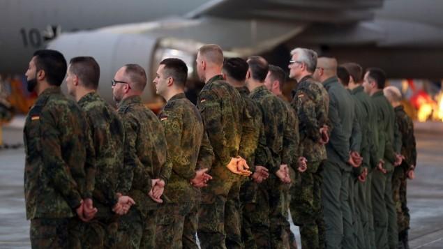 جنود المان قبل صعودهم على متن طائرة تزويد بالوقود من طراز ايه-310 ام آر تي متجهة الى تركيا للمشاركة في مكافحة تنظيم الدولة الاسلامية في سوريا، 10 ديسمبر 2015 (OLIVER BERG / DPA / AFP)