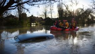 طواقم الاسعاف في شارع في مدينة يورك، شمال بريطانيا، بعد غرق شوارع عدة بلدات في فيضانات في انحاء البلاد، 27 ديسمبر 2015 (OLI SCARFF / AFP)