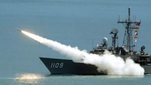 (ارشيف) فرقاطة تايوانية تطلق صاروخ خلال تدريب عسكري، 2003 (SAM YEH / AFP)