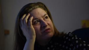 """الصحافية الفرنسية لاورسولا غوتييه التي تم طردها من قبل الصين لنشرها مقال تتهم بكين انها """"دافعت بشكل فاضح"""" عن الارهاب فيه، 28 ديسمبر 2015 (GREG BAKER / AFP)"""