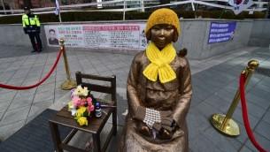 """نصب تذكاري ل""""نساء المتعة""""، ضحايا الاستعباد الجنسي خلال الحرب العالمية الثانية، امام السفارة اليابانية في سيول، 29 ديسمبر 2015 (JUNG YEON-JE / AFP)"""