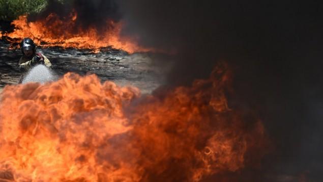 صورة توضيحية لرجل اطفاء يحاول اخماد حريق (VANDERLEI ALMEIDA / AFP)
