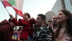 جندي في الجيش اللبناني كان محتجزا لدى جبهة النصرة يحتفل اطلاق سراحه في بلدة عرسال الحدودية، 1 ديسمبر 2015 (STR / AFP)