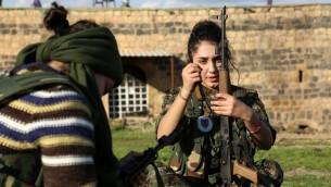 """مقاتلات سريانيات في """"قوات حماية نساء بيث نهرين"""" خلال تدريب على استخدام السلاح، 1 ديسمبر 2015 (DELIL SOULEIMAN / AFP)"""