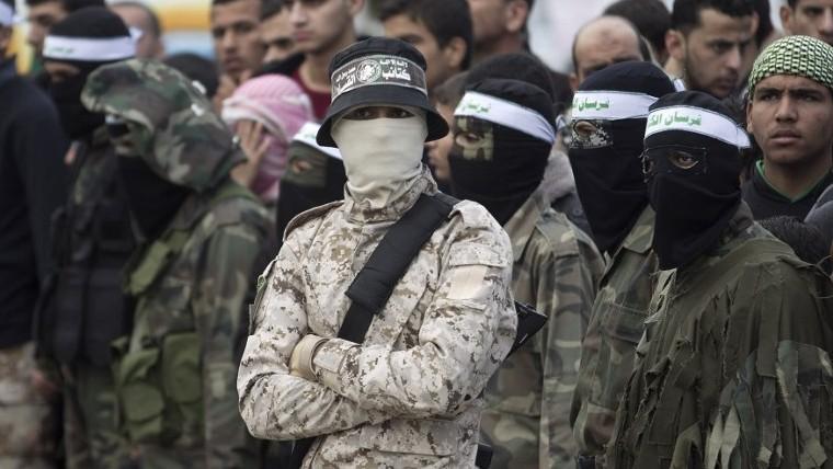 قوات كتائب عز الدين القسام تحرس مسيرة في غزة في الذكرى ال28 لتأسيس الحركة، 11 ديسمبر 2015 (Said Khatib/AFP)