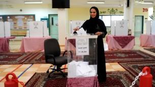 امرأة سعودية تدلي بصوتها خلال اول انتخابات تشارك فيها النساء في هذا البلد، 12 ديسمبر 2015 (AFP)