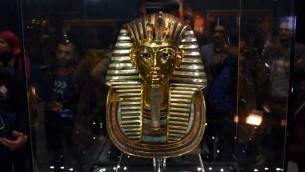 قناع الملك توت عنخ آمون في المتحف المصري في القاهرة، 16 ديسمبر 2015 (MOHAMED EL-SHAHED / AFP)