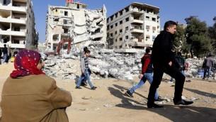سوريون يتجمعون في منطقة وقوع غارة اسرائيلية مزعومة ادت الى مقتل سمير القنطار، جنوب العاصمة السورية دمشق، 20 ديسمبر 2015 (AFP/LOUAI BESHARA)