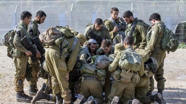 جنود اسرائيليون يدرسون خارطة اثناء دورية على الحدود الإسرائيلية اللبنانية، 21 ديسمبر 2015 (AFP Photo/Jack Guez)