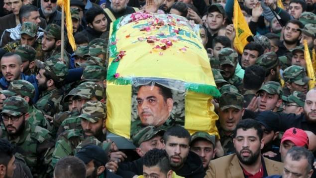نشطاء في منظمة حزب الله الشيعية اللبنانية يحملون نعش القيادي في الحزب سمير القنطار (في الصورة)، الذي قُتل في غارة جوية نُسبت لإسرائيل على منزله في جرمانا في ضواحي العاصمة السورية دمشق، خلال جنازته في الضاحية الجنوبية في العاصمة اللبنانية بيروت، 21 ديسمبر، 2015. (AFP PHOTO / STR / AFP)