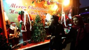 واجهة متجر في العاصمة الإيرانية طهران مزينة بزينة عيد الميلاد، 22 ديسمبر 2015 (ATTA KENARE / AFP)