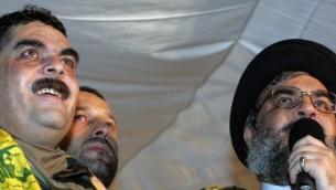 الأمين العام لمنظمة حزب الله حسن نصر الله، من اليمين، خلال كلمة له إلى جانب الأسير المحرر سمير قنطار في ملعب في الضواحي الجنوبية لبيروت، 16 يوليو، 2008. (AFP/MUSSA AL-HUSSEINI)