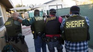 صورة للتوضيح: عناصر أمن  أمريكيون تقوم بالبحث عن مشتبه بهم في هجوم إطلاق نار وقع في مدينة سان بيرناردينو بولاية كاليفورنيا، 2 ديسمبر، 2015. (AFP PHOTO / PATRICK T. FALLON)