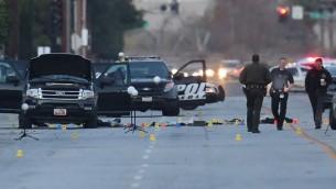 السلطات تواصل التحقيق في محيط السيارة رباعية الدفع من طراز فورد حيث قُتل المشتبه بهما بهجوم إطلاق النار في مركز إينلاند الإقليمي، 4 ديسبمر، سان بيرناردينو بولاية كاليفورنيا. 2015. (oe Raedle/Getty Images/AFP)