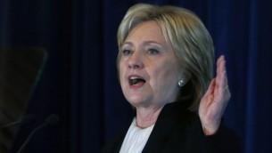 المرشحة الديمقراطية للرئاسة هيلاري كلينتون خلال كلمة لها في 6 ديسمبر، 2015 في العاصمة واشنطن في منتدى سابان 2015 الذي ينظمه معهد بروكينغز. (Mark Wilson/Getty Images/AFP)