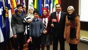دكتور عز الدين أبو العيش (الثاني من اليمين) مع عائلته بعد حصولهم على الجنسية الكندية، تورنتو، كندا، 10 ديسمبر، 2015. (Courtesy)