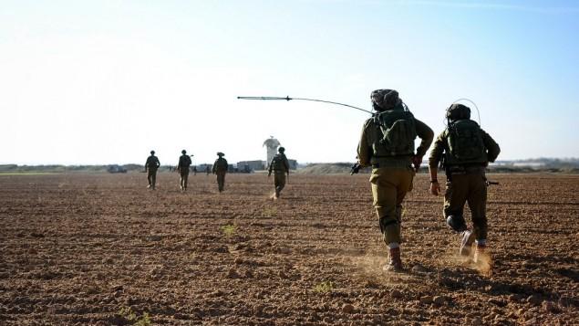 (ارشيف) تدريب عسكري اسرائيلي بالقرب من حدود قطاع غزة، 19 نوفمبر 2014 (Amit Shechter/IDF Spokesperson's Unit/Flickr)