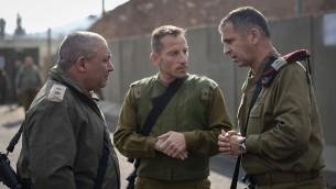رئيس هيئة اركان الجيش الإسرائيلي غادي ايزنكوت (يسار) يتحدث مع قائد شعبة الجليل امير برعام ومدير القيادة الشمالية افاف كوخافي، خلال زيارة للحدود الشمالية، 30 ديسمبر 2015 (IDF Spokesperson's Unit)