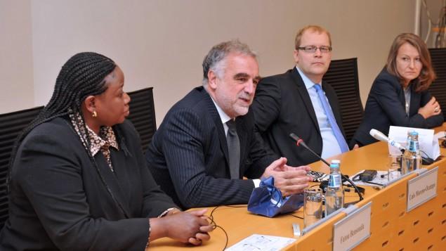 المدعي العام السابق للمحكمة الجنائية الدولية لويس مورينو أوكامبو (وسط) وع المدعية العامة الحالية، فاتو بنسودا (يسار)، 2012 (CC BY Estonian Foreign Ministry, Flickr)